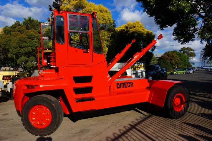 forklifts for hire clark omega 16 tonne diesel countainer handler 101 1